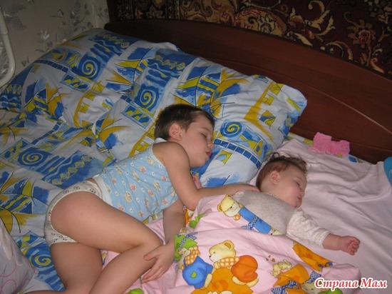 Сестренка спит а брат 14 фотография