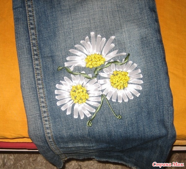 Вышивка ромашки на джинсах