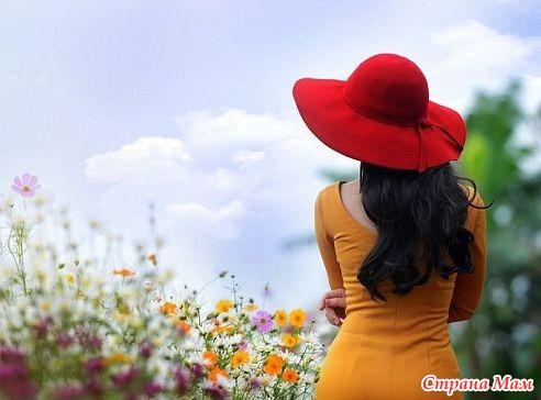 Женщина в цветах брюнетка