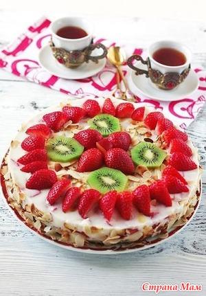Фото украшения торта клубникой