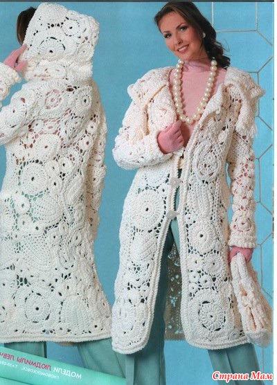 Красивое белое пальто с капюшоном