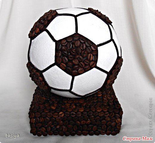 Поделка футбольный мяч на подставке из кофе
