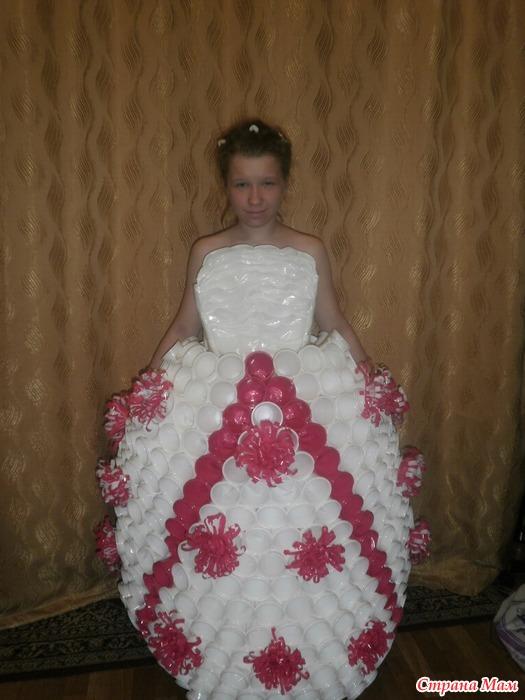 Фото платье из пластиковых стаканчиков своими руками