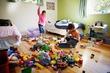Когда в доме ребенок или даже несколько детей повсюду разбросаны игрушки. .