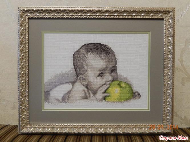 Малыш с яблоком вернулся из