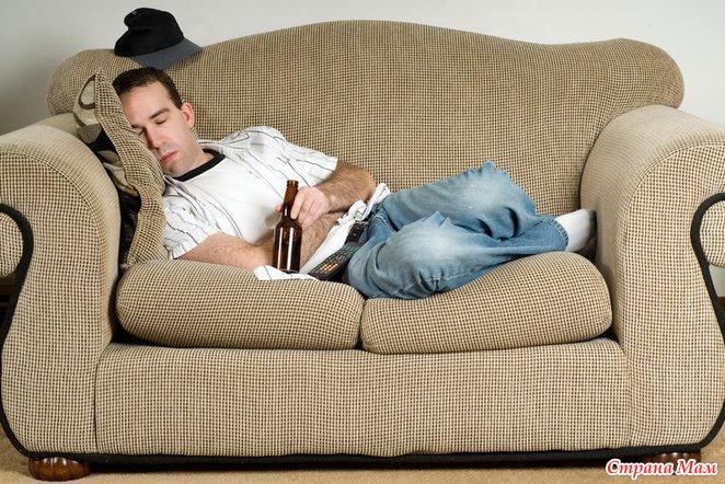 фото мужиков на диване