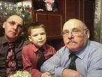 Три поколения джентльменов при встречи Нового года