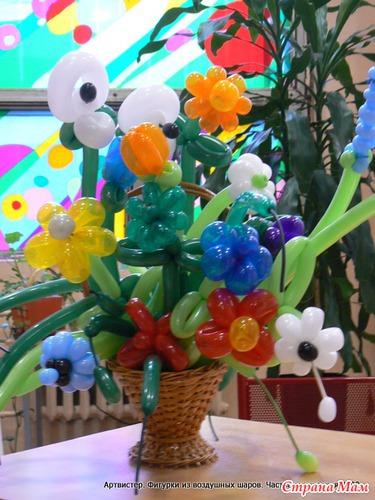 Подарочная корзина с цветами из воздушных шаров