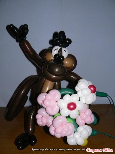 Веселая мартышка с цветами