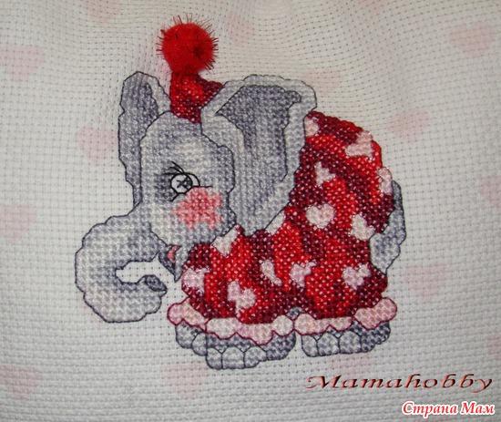 """Вышивка покрупнее. На колпачке у слоника настоящий помпончик. Канва с нанесенным рисунком """"Сердечки""""."""