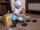 Первый опыт кулинарный! Помогаю маме я! Вот сейчас насыплю соды, будет тесто хоть куда!                              (Сашеньке 1 год 3 месяца)