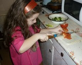 Аделина готовит салат