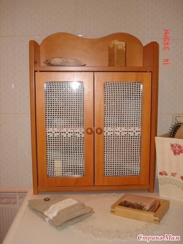 Занавесочки для полки со стеклянными дверцами.
