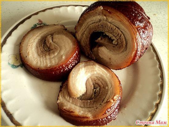 Рулет из свиной рульки, отваренный в луковой шелухе