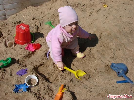 моя кроха в первый раз в песочнице!
