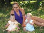 Мы на травке босичком - я и мои двойняшечки!!!