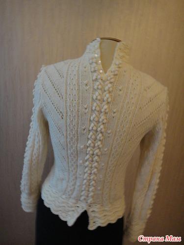 Пуловер белый с шишечками