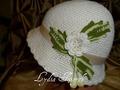 Шапочка-крючком с белым цветком