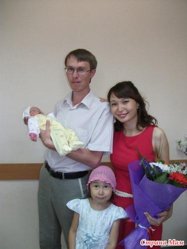 Наша семья - папа, мама и 2 очаровательные дочурки!