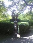 Дариша и Муратик возле памятника матери с ребенком