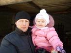 Юленька с папой на зимней прогулке