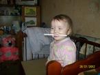 Помогала маме рисовать, правда карандаш почему-то оказался в зубах...это наверно она так и собиралась рисовать)