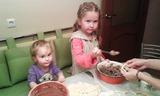 Помощницы и будущие пирожки.