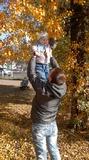 осень, каждый знает, в небе листики гуляют, цветом листья разные: желтые и красные.