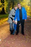 На осенней прогулке в парке всей семьей