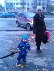 Вместе весело гулять....с зонтиком тети....и ничего что чуть-чуть большеват)