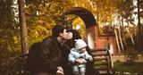 С мамой и папой в парке.