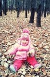 красотка в осеннем лесу