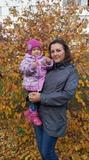 С мамой весело вдвоём по листве шуршать пойдём!