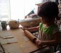 доченька стряпает пирожки с яблоками.(2г7мес)