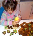 Юлечка украшает печенье