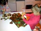Сестрички украшают печенье