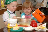Яйца, масло и мука - наше тесто на УРА! По рецепту всё кладём, маме тортик мы печем!