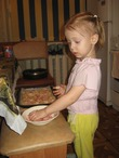Мимиша готовит пиццу. Полностью. раскладка продуктов на ней)