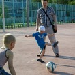 Ребята играют с папой в футбол