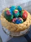 Разноцветные яйца в корзине из дрожжевого теста