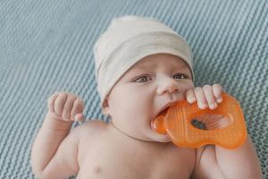 Режутся зубки: нужен ли малышу врач?