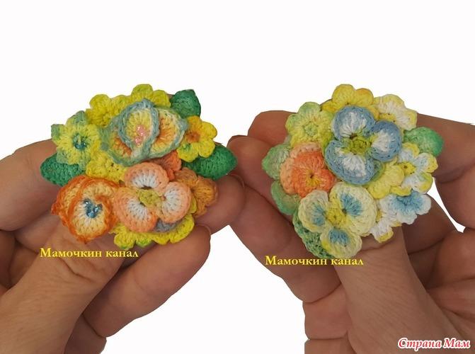брошь из маленьких вязаных цветочков крючком все в ажуре