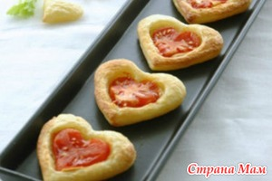 Слоеные сердечки с помидорами.