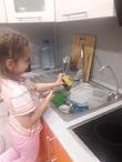 Помыла посуду. Я мамина умница.