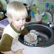 Мамина помощница моет посуду )))