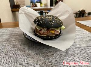 Мой опыт поедания чёрного бургера)))