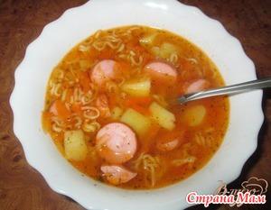 Быстрый суп с сосисками и Роллтоном.