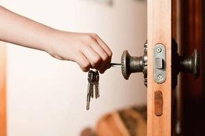 Заклинило дверь в квартиру: как быть молодой маме в такой ситуации?